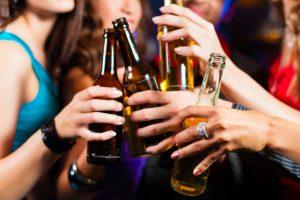 Mulheres ingerindo bebidas alcoólicas